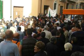 Proteste di fronte al Comune di Cetraro