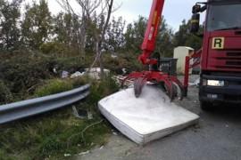 Vasca in eternit tra i rifiuti. Cesareo: «I cittadini denuncino gli autori di questo crimine!»