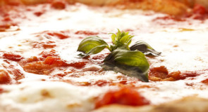 Una pizzeria-forneria di Fuscaldo a Sanremo